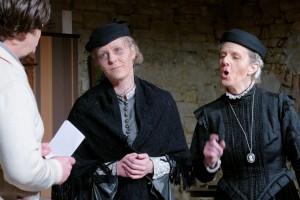 Theatergruppe Szenenwechsel Arsen und Spitzenhäubchen - Abby und Martha Brewster mit Mortimer(c) adamo